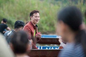 Khai hội Chùa Hương: Du khách thản nhiên đánh bài ăn tiền trên đò