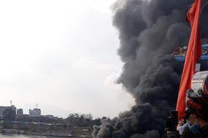 Hỏa hoạn thiêu rụi nhà hàng nổi trên sông Lô ở Tuyên Quang
