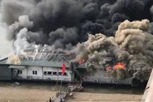 Clip: Quán thuyền chài bị ngọn lửa 'nuốt gọn', cột khói bốc cao hàng chục mét