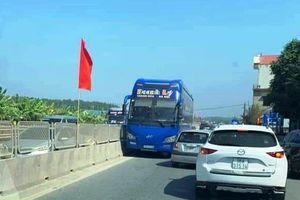 Tài xế lái xe khách chạy ngược chiều trên QL1A đã bị CSGT tước giấy phép lái xe