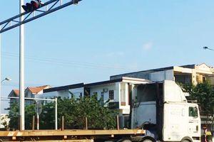 Tài xế lái đoàn xe container nối đuôi vượt đèn đỏ ở Đà Nẵng bị xử phạt