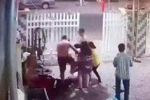 Đình chỉ công tác hai cảnh sát đánh nhau với người dân