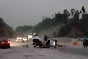 Mazda 6 tai nạn trên cao tốc Nội Bài - Lào Cai, 3 người nhập viện