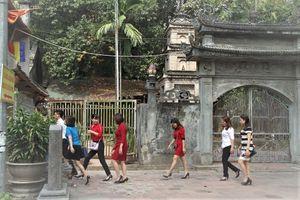 Hà Nội: Nhiều thanh niên vô tư tung tăng váy ngắn lễ chùa