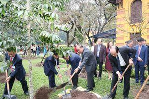 Thủ tướng Nguyễn Xuân Phúc dâng hương và trồng cây lưu niệm tại Khu di tích Phủ Chủ tịch