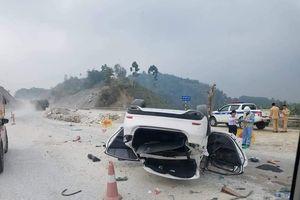 Xác định nguyên nhân xe ôtô lật ngửa giữa cao tốc Nội Bài - Lào Cai