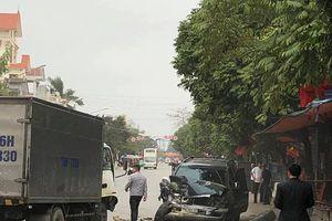 2 vợ chồng đi ôtô 7 chỗ thoát chết khi đâm trực diện 2 xe tải