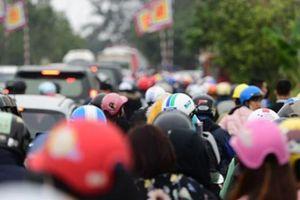 Tắc đường kinh hoàng ở Chợ Viềng, người dân đi bộ hàng km để vào chợ