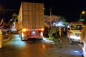 Xe máy va chạm với container, ba người thương vong