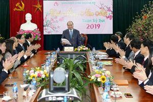 Thủ tướng Nguyễn Xuân Phúc thăm, chúc Tết Ngân hàng Chính sách Xã hội
