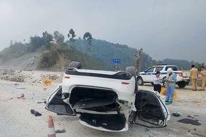 Đi qua đoạn đường đang sửa chữa, Mazda 6 lật ngửa, nằm 'phơi bụng' trên cao tốc