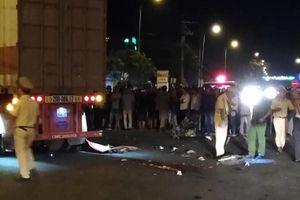 Xe máy chở 3 va chạm xe đầu kéo, 1 người tử vong