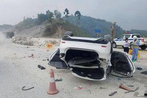 Xế hộp 'phơi bụng' trên cao tốc Hà Nội - Lào Cai, 3 người bị thương