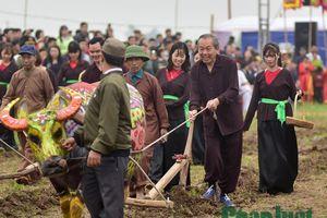 Phó thủ tướng Trương Hòa Bình mặc áo nâu, lội ruộng cày tịch điền