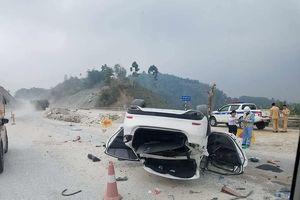 Xế hộp bất ngờ lật ngửa trên cao tốc Nội Bài - Lào Cai
