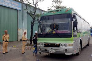 Tạm giữ xe mang BKS Lào hết kiểm định, chở quá số người quy định