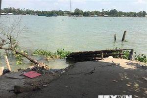 Xuất hiện vết nứt ở bờ sông Hậu, tạm ngừng hoạt động bến đò Cần Xây