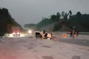 3 người bị thương nặng khi xe ô tô đâm vào rọ đá trên cao tốc Nội Bài - Lào Cai
