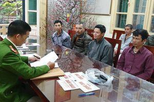 Cảnh sát bắt 6 'cò mồi' chèo kéo du khách đi Chùa Hương