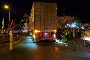 Xe máy va chạm xe đầu kéo, 3 người thương vong