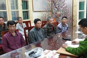 Cảnh sát hóa trang, mặc thường phục bắt quả tang 6 'cò mồi' đeo bám chèo kéo du khách đi Chùa Hương