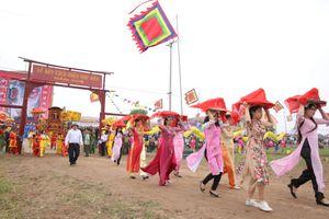 Phó Thủ tướng thường trực Trương Hòa Bình xuống đồng đi cày tại lễ hội Tịch điền