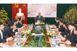 Thủ tướng thăm và chúc tết cán bộ Ngân hàng Chính sách xã hội