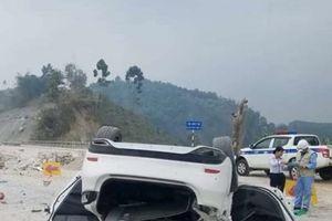 Tông gờ chắn, xe Mazda 6 lật ngửa trên cao tốc Nội Bài - Lào Cai