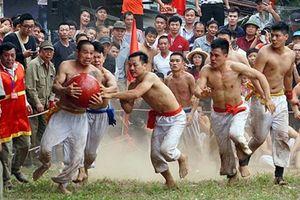 Trai làng Hà Nội mình trần hào hứng vật cầu đầu năm