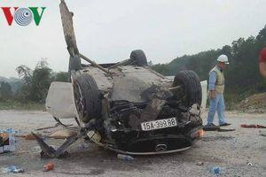 Ô tô lật ngửa trên cầu Ngòi Thủ cao tốc Nội Bài - Lào Cai