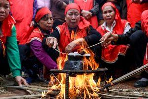 Về làng Thị Cấm xem người dân tạo lửa từ bùi nhùi và nấu cơm bằng rơm