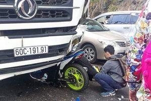 Nam phượt thủ đổ đèo Bảo Lộc gặp nạn, người và xe dính chặt vào đầu xe tải