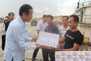 Chủ tịch UBND tỉnh Quảng Bình động viên ngư dân vươn khơi bám biển