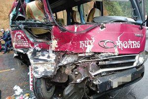 Xe khách đối đầu ôtô tải, hàng chục người thoát chết