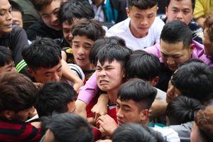 Hàng trăm thanh niên tranh cướp chiếu mong sinh con trai