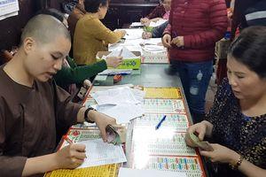 Lo gặp tai ương, nhiều người đến chùa dâng sao giải hạn