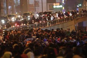 Ngồi tràn đường dự lễ dâng sao giải hạn chùa Phúc Khánh