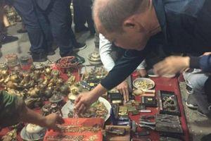 Kỳ lạ chợ 'Âm phủ', hàng vạn người chen chân 'vung tiền' mua hàng