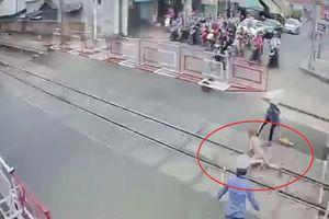 Lãnh đạo đường sắt khen ngợi 2 nữ nhân viên cứu bà cụ thoát chết khi cố tình vượt rào chắn