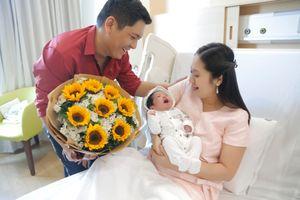 Đức Thịnh ôm hoa đến bệnh viện đón mẹ con Thanh Thúy về nhà