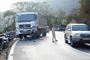 Xe máy tông trực diện xe tải, một phượt thủ nguy kịch