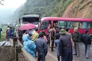 Xe khách 24 chỗ đâm trực diện xe tải, hàng chục người thoát chết