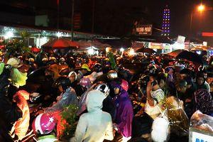 Dòng người đội rổ rá, tàu lá chuối chen nhau mua gì ở chợ Viềng đêm mưa?