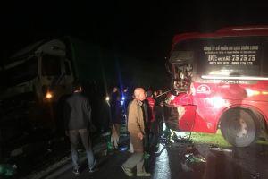 Đấu đầu xe tải, xe khách chở 4 người văng ra vệ đường