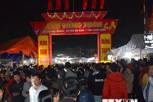 Hình ảnh du khách tấp nập đến chợ Viềng 'cầu may' đầu năm