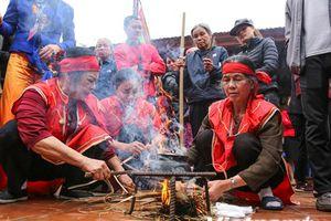 Dân làng Thị Cấm hào hứng xem lễ hội kéo lửa thổi cơm thi