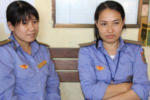 Hai nhân viên gác chắn cứu cụ bà suýt bị tàu đâm được khen là 'người hùng'