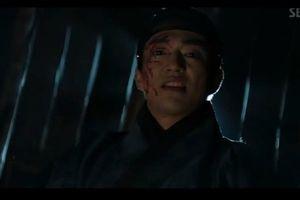'Haechi' tập 1: Vừa gặp mặt, Go Ara đã đá thẳng vào chỗ hiểm của Hoàng tử Jung Il Woo vì tội 'nhây'