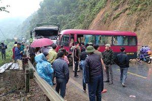 Xe khách đấu đầu xe tải, người dân phá cửa xe đưa 6 hành khách bị thương đi cấp cứu