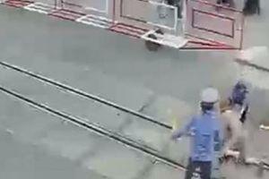 Hai nữ nhân viên gác chắn dũng cảm lao ra trước đầu tàu hỏa cứu cụ bà